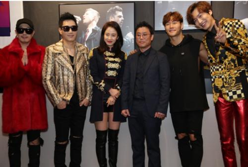 金龙善(右三)与《Running Man》成员宋智孝、金钟国、HAHA、李光洙及池石镇合影