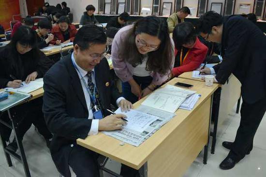 王恺教授在认真的给学员做指导
