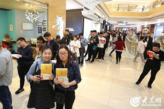六小龄童的粉丝排起长队。 大众网记者毕天宇摄