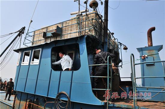 执法人员登临涉嫌违规渔船