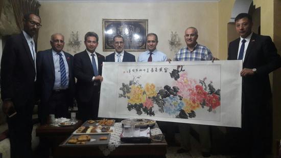 中华伊斯兰关系理事会主席丁厚飞博士向摩洛哥首相萨阿德丁·奥斯曼尼赠送画家傅继英的《平安富贵图》。)