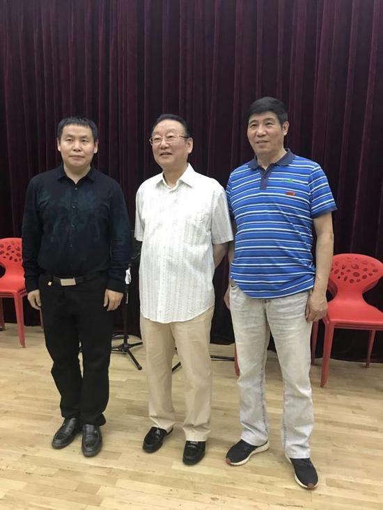 词作家万宏(左)、歌唱家蒋大为(中)、作曲家宝文(右)