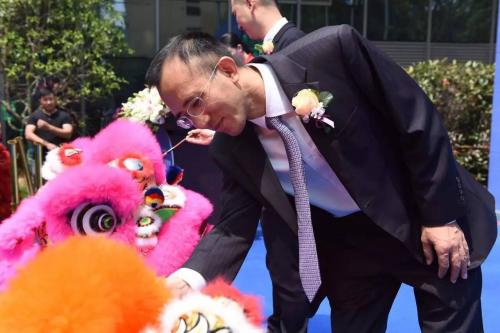 日照市人民政府副市长涂敬昌先生为醒狮点睛