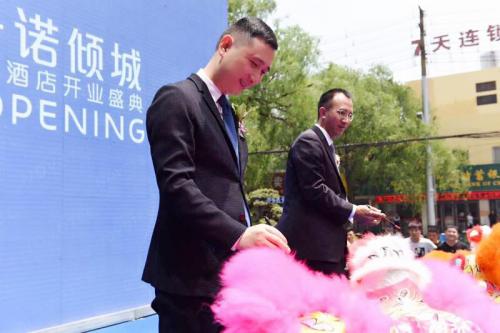 苏宁置业集团总裁金明先生为醒狮点睛