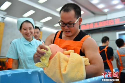 """资料图:2015年9月13日,湖南省儿童医院开设的""""超级奶爸""""公益训练营开营。 李奇 摄"""