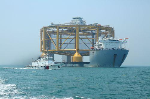 """世界首座最大半潜式智能海上""""渔场""""青岛启运前往挪威"""