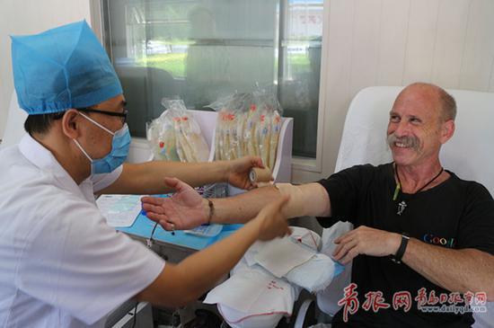 刘天信在献血