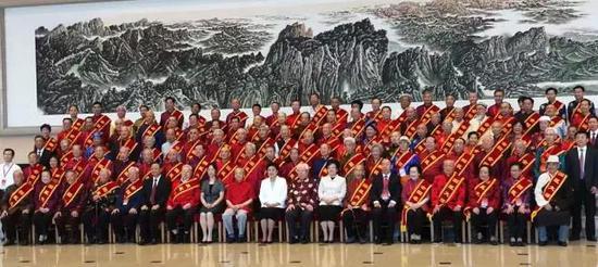6月29日,国医大师、全国名中医表彰大会暨座谈会在北京召开。中央政治局委员、国务院副总理刘延东出席会议并作重要讲话。