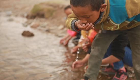 孩子们直接饮用河里的水