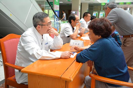 上海东方医院肝胆胰外科丁友成教授为舟山群众义诊