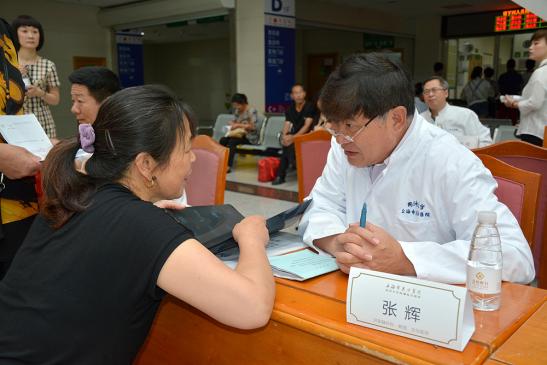 上海东方医院肝胆胰科主任张辉教授为舟山群众义诊
