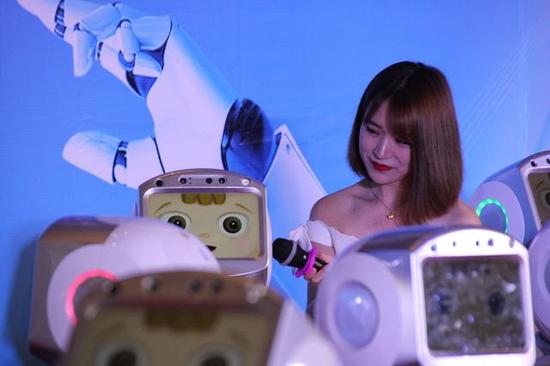 现场主持人与人工智能机器人对话