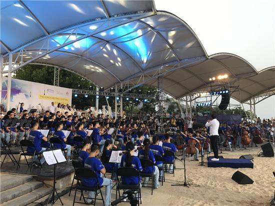 在西海岸新区城市阳台景区,正上演一场沙滩古典音乐会.(摄影:朱蕊)