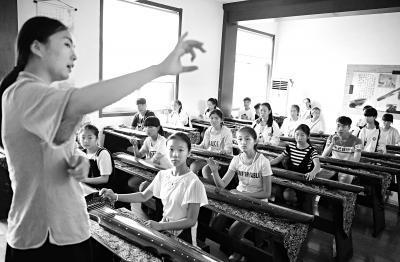 山东某地的夏令营上,学生们学习古琴。
