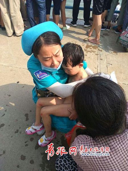 小女孩被先救上岸,得到医护人员的照顾。