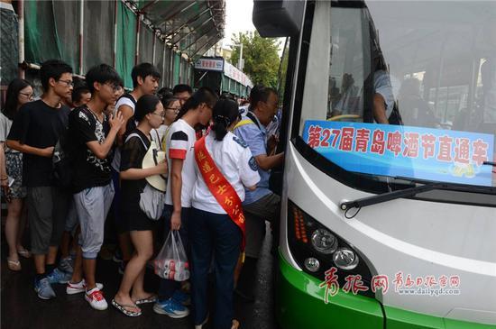 图为青岛公交隧道巴士从青岛火车站开通直达接驳车。