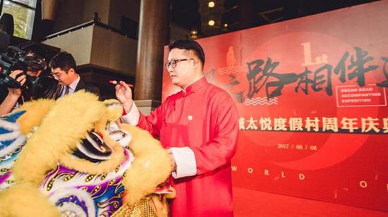 //金诚太悦度假村周年庆典上,韦杰为瑞狮点睛//