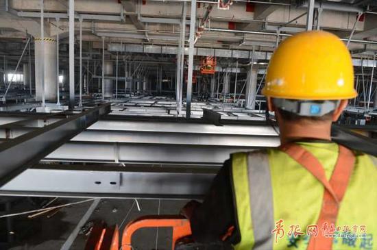 施工人员乘坐升降车检查施工安装质量。