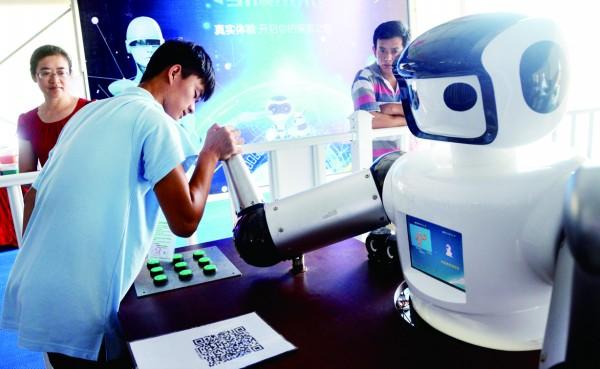 游客跟机器人掰手腕
