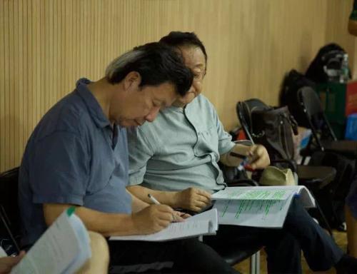 编剧邹静之只要探班,必然会询问主演对台词的意见。
