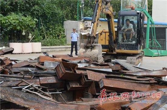 青岛日报/青岛观/青报网讯 8月10日,李沧城管执法局将800余件烧烤炉具、桌椅等非法经营工具全部销毁。