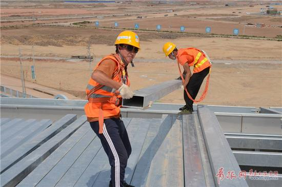 屋顶上搬运钢板