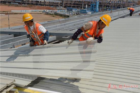 运送不锈钢屋面板
