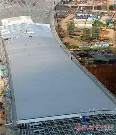 新机场A支廊不锈钢屋面接近完工