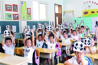 """青岛敦化路小学一年级新生收到了学校赠送的""""成长智慧袋""""。"""
