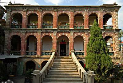 色彩鲜丽,造型别致,洛可可的特点与中国的传统工艺巧妙结合,这便是建筑风格独树一帜的番婆楼。