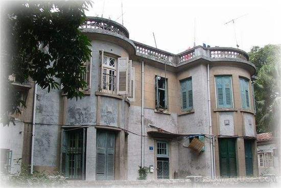 会审公堂为两幢西欧式别墅组合,造型基本一致,呈对称状,立面圆平组合,较为和谐,女儿墙独具艺术韵味,具有群体建筑景观特色。