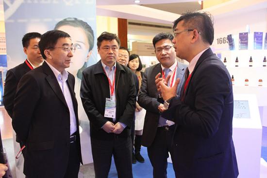 图为:国家旅游局吴文学副局长到场参观并给予高度评价
