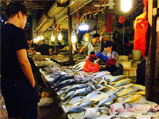 市民在南山市场购买海鲜。
