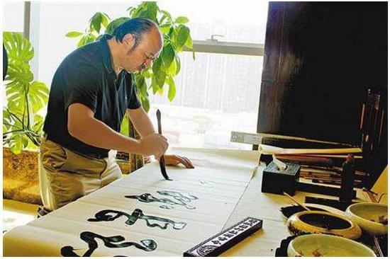 谭传荣平时的一大爱好就是练习书法和画画。