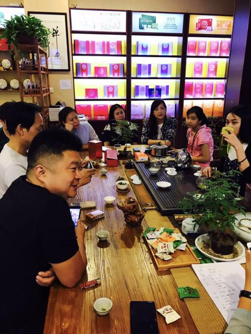 △焦锋与贵茶工作人员共同探讨业务