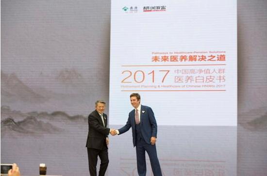 ▲泰康保险集团董事长陈东升与胡润百富董事长兼首席调研员胡润
