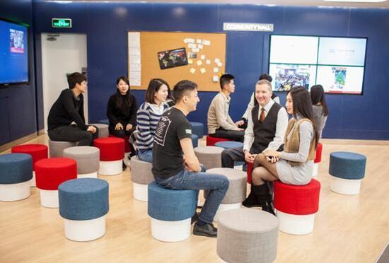 华尔街英语外教与学员进行交流