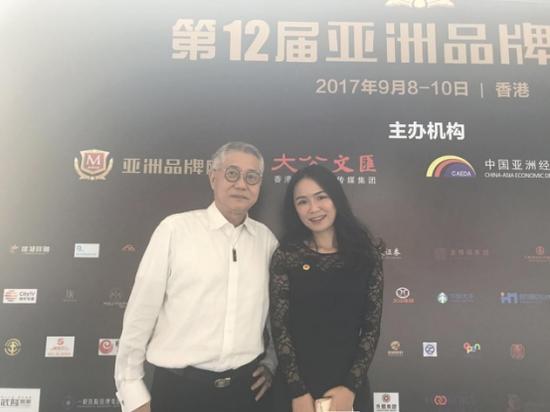 盛典现场陈奕含总裁与东盟中国工商总会副会长张锦泉合影
