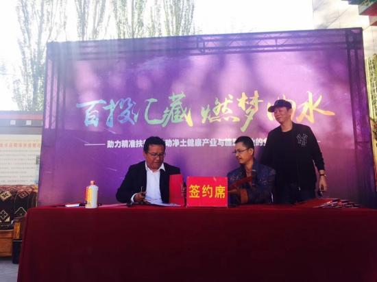 著名财经作家吴晓波老师见证签约仪式(右一)