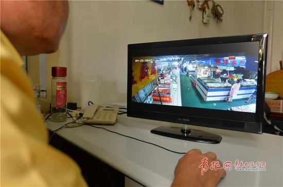 2018-03-19,青岛市市南区市场监管所工作人员在监管操作平台上对本市场进行检查。