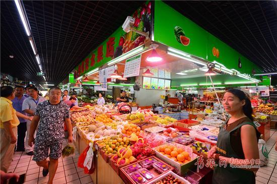 2018-03-19,青岛市市南区生活家超级市场内,市民在装有远程视频监控系统的超市内逛街购物。