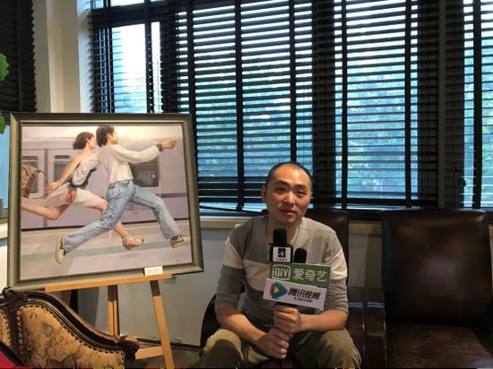 参展艺术家杨炀(史上最放松的艺术家)接受媒体采访