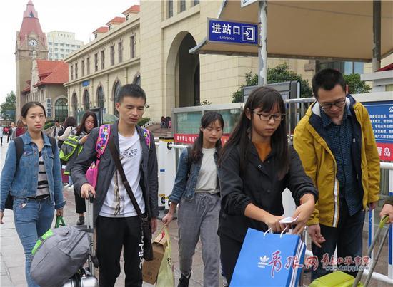 10月8日,假期最后一天的火车站广场上,众多游客带着对青岛美景的留恋踏上了归途。记者 王雷 摄