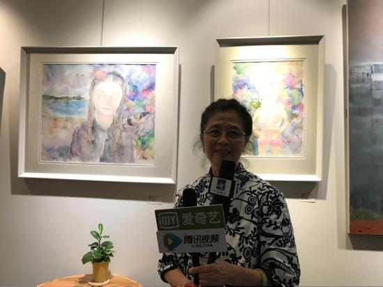 参展艺术家周雯雯的母亲(艺术世家)接受媒体采访