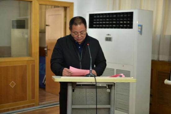 陕西省高尔夫击剑运动管理中心主任、国家武术散打训练基地主任潘红军宣读贺信