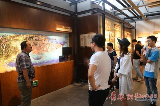 青岛纺织博物馆内游客们在倾听青岛的纺织历史。王雷 摄