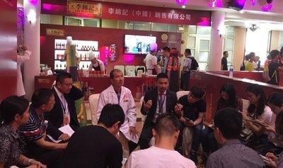 李锦记酱料集团中国区总裁谢天乐、李锦记酱料集团企业事务执行副总裁孔君道接受媒体采访