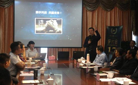 特邀金融精英陈健先生为大会来宾解析经济模式(图)