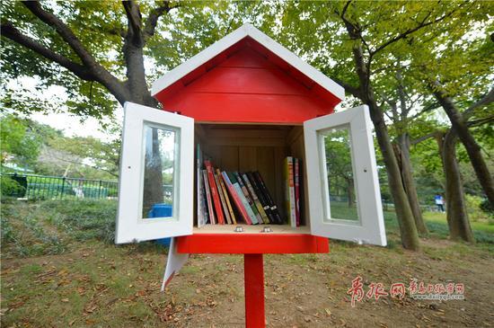 """2017年10月9日,在青岛市中山公园里,""""小Q共享书屋""""正式面对市民读者。"""