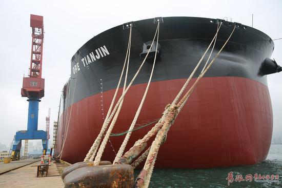 青岛日报/青岛观/青报网讯 世界最大散货船舶——第二代超大型40万吨级矿砂船现已处于最后的舾装阶段。